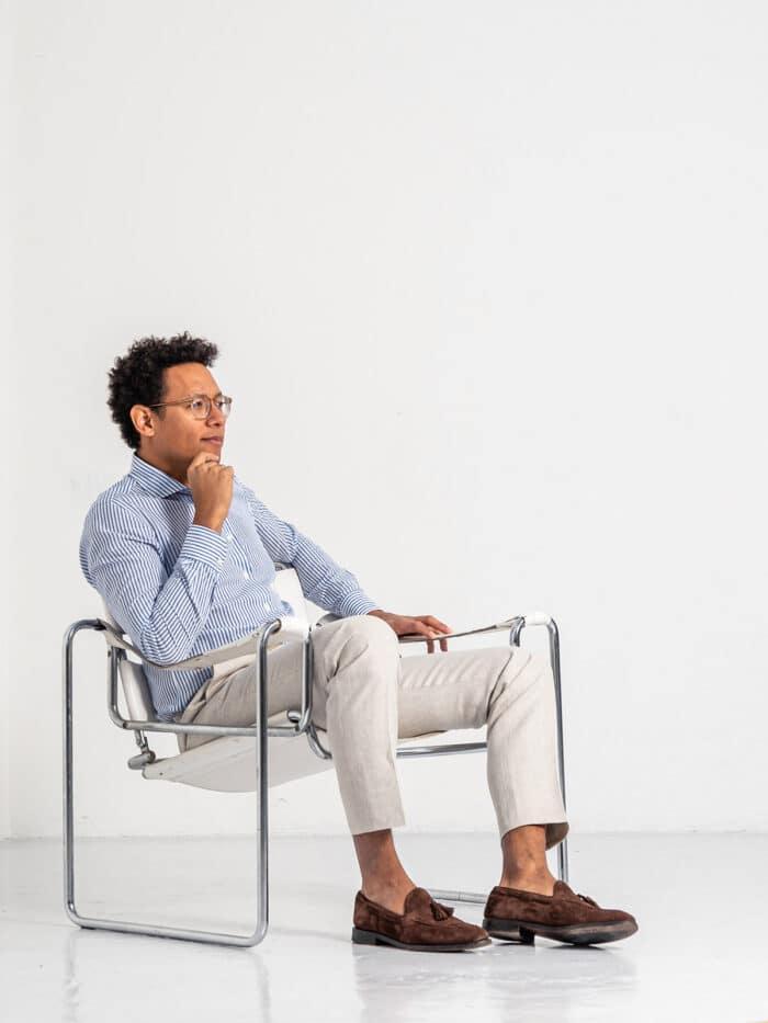 man in overhemd op stoel