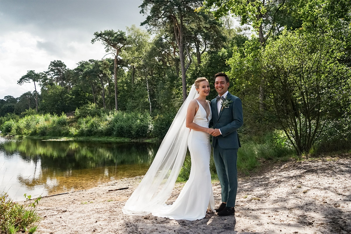 natuur bruiloft met groen pak
