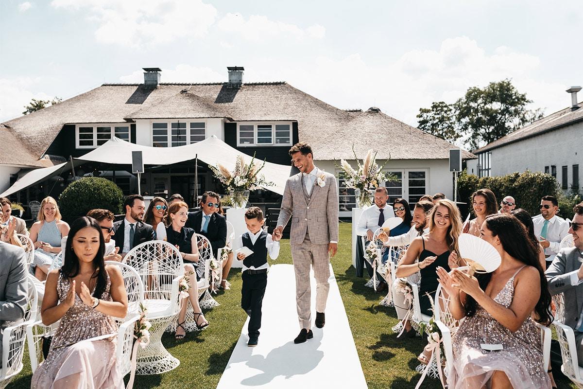 bruidegom lopen naar altaar