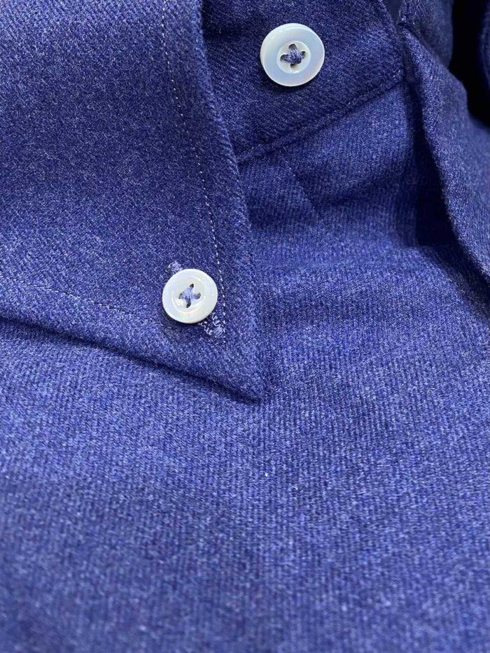 Blauw winters hemd detail foto buttondown kraag