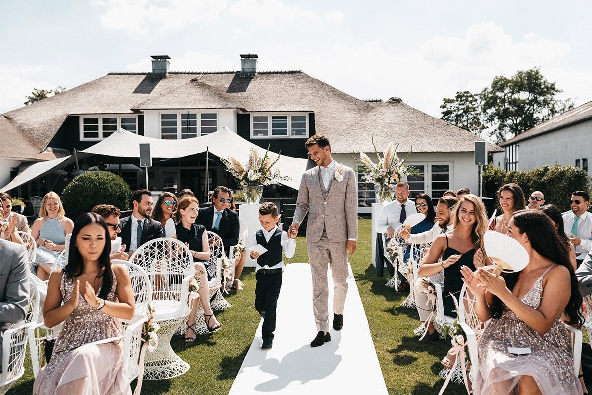 bruidegom met zoon op ceremonie
