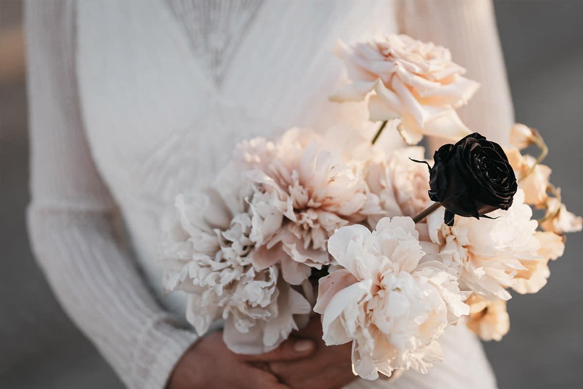 pastel bloemen mt zwarte roos