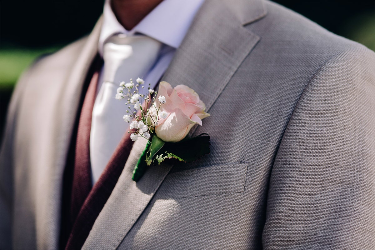 beige linnen trouwpak corsage
