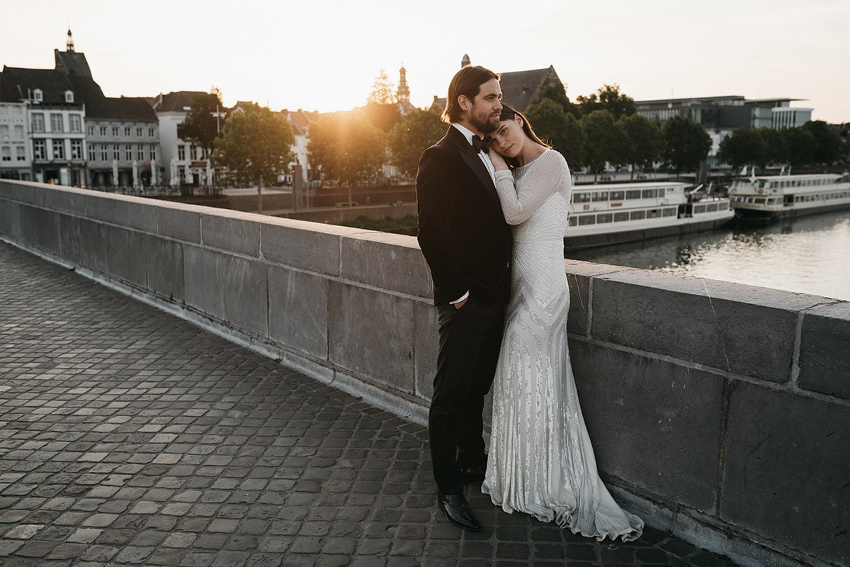 bruidegom in smoking bruid in glitterjurk