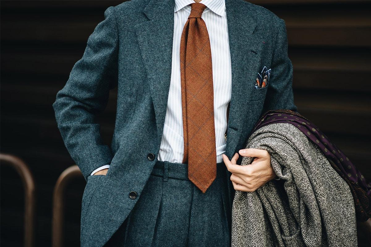 oranje stropdas en blauw pitti pak