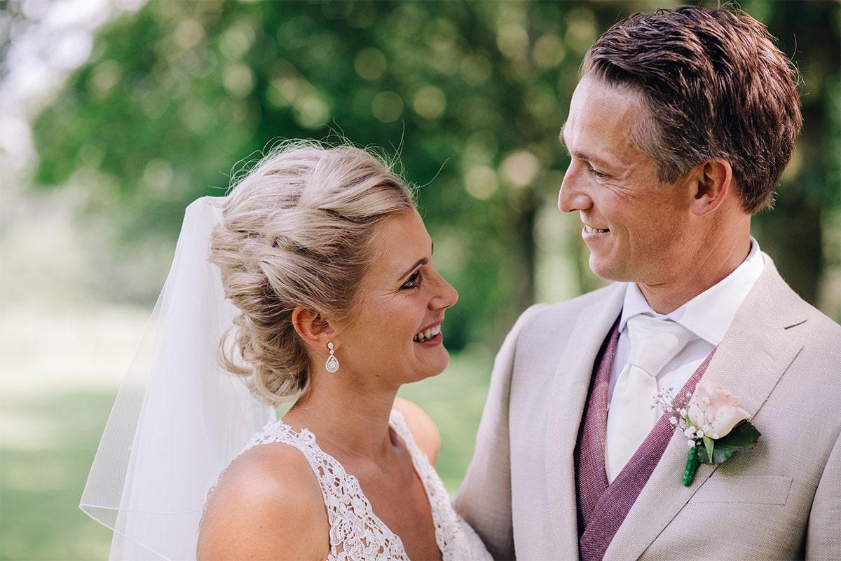 bruid en bruidegom in de zomer
