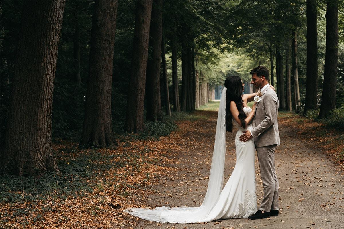 jurk met lange sleep in bos