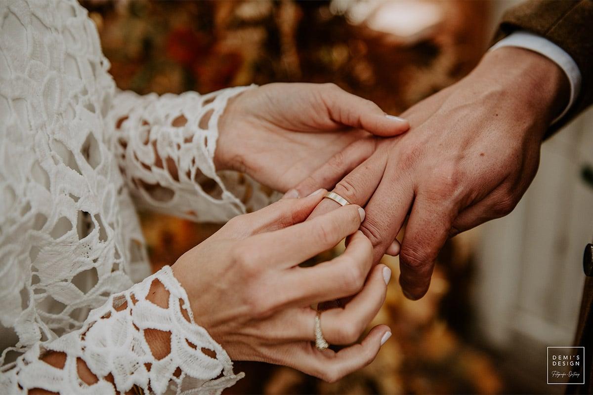 Officieel huwelijk, ringen omschuiven