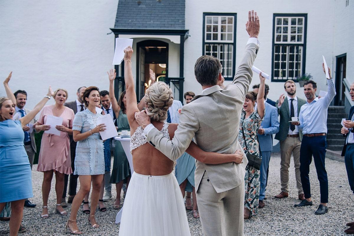gasten juichen op trouwfeest