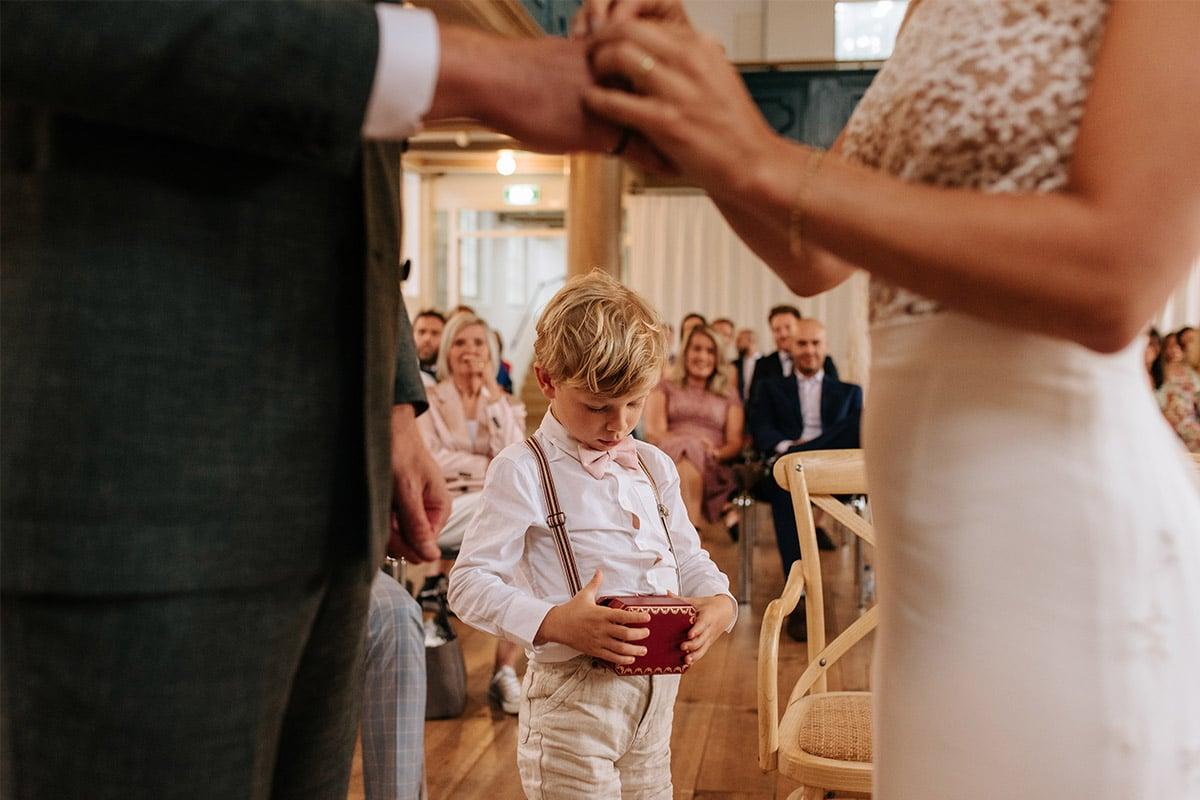 trouwring brengen kind