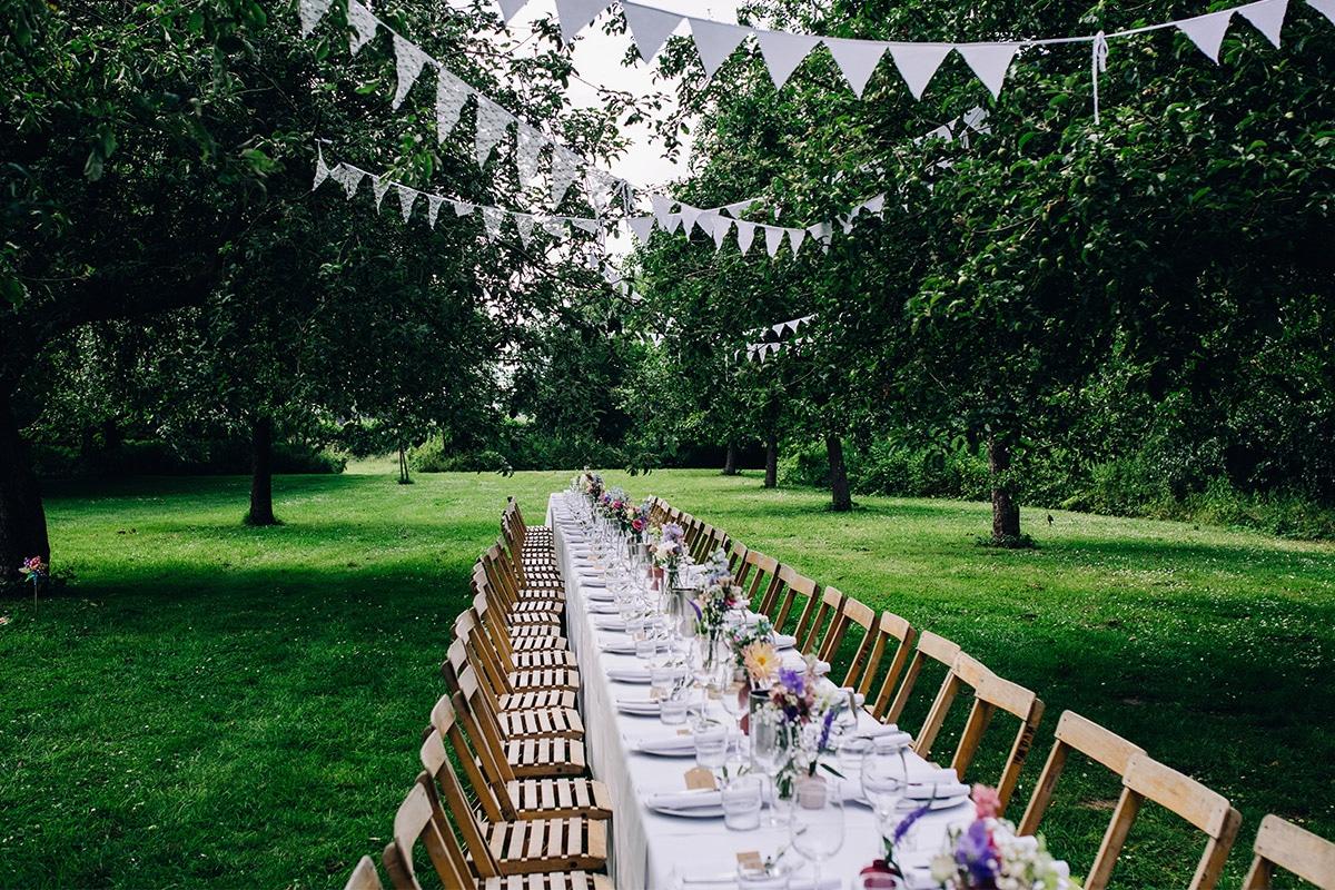 lange gedekte tafel in tuin