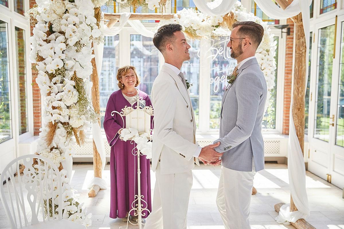 ceremonie met bloemen