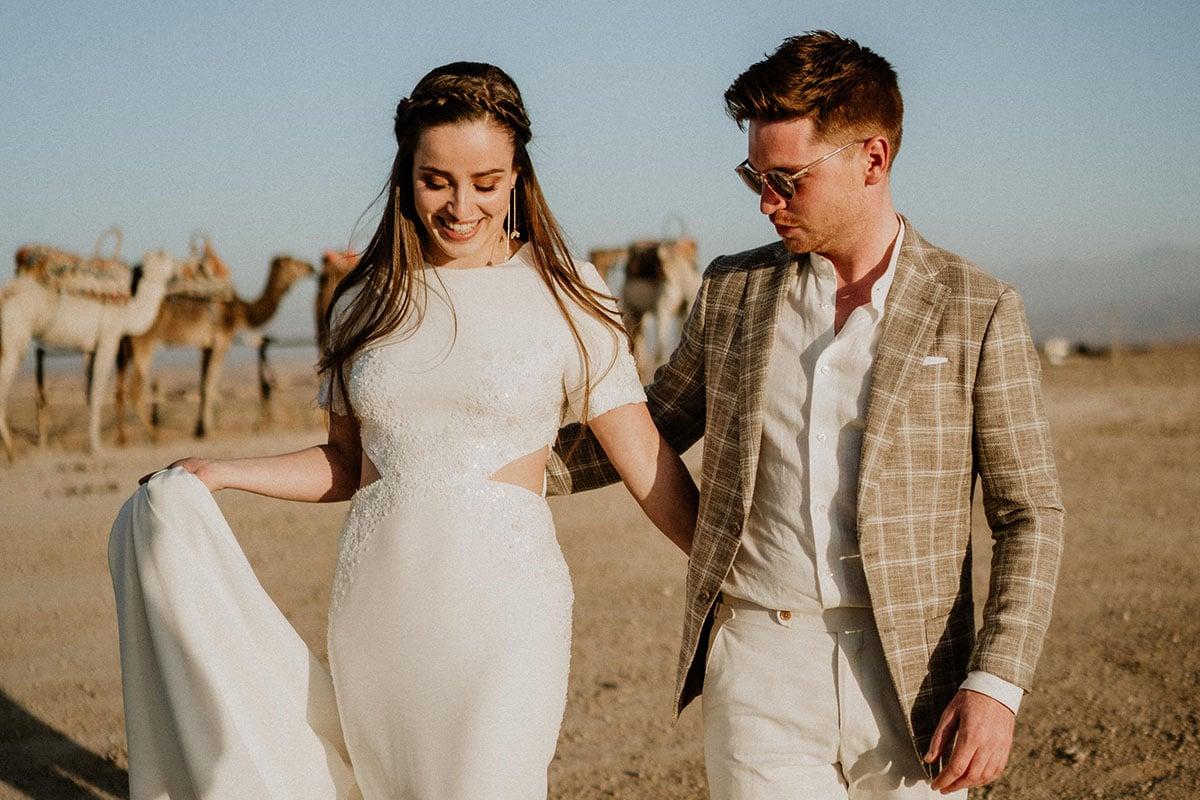 wandelen door de woestijn met bruid
