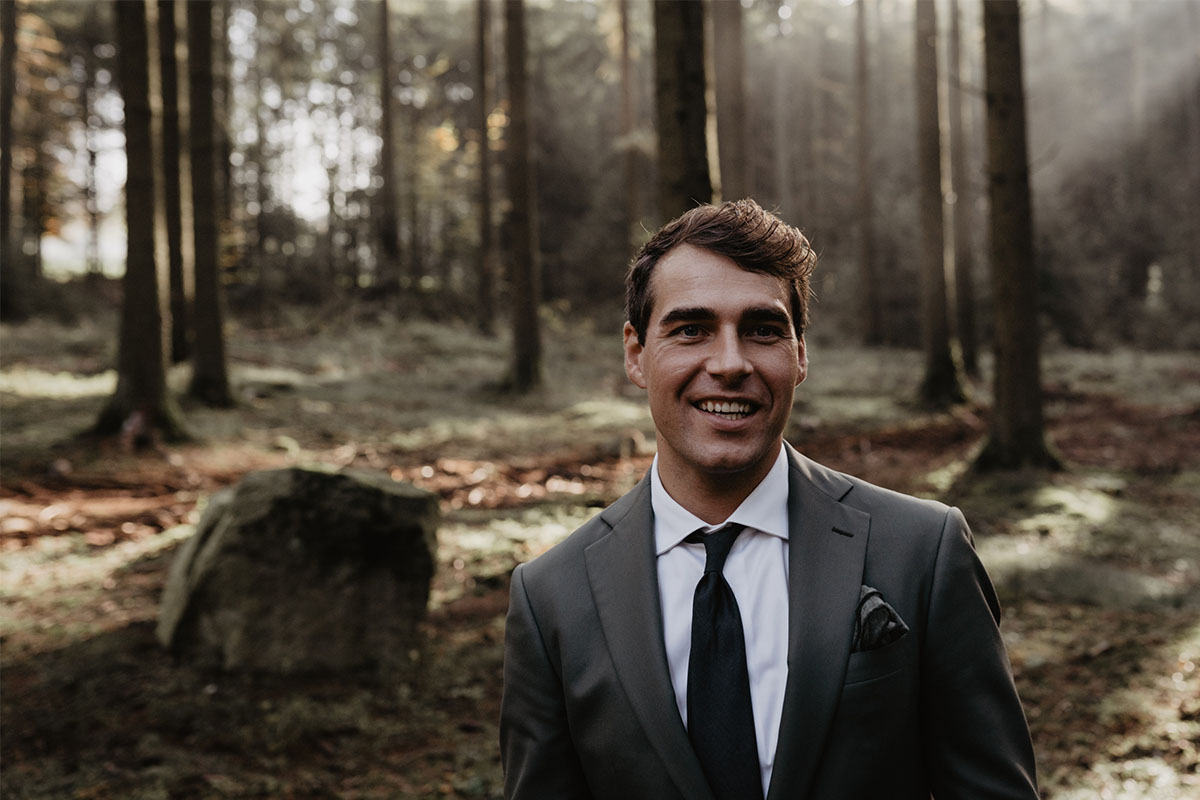 donkergroen modern trouwpak met pochet