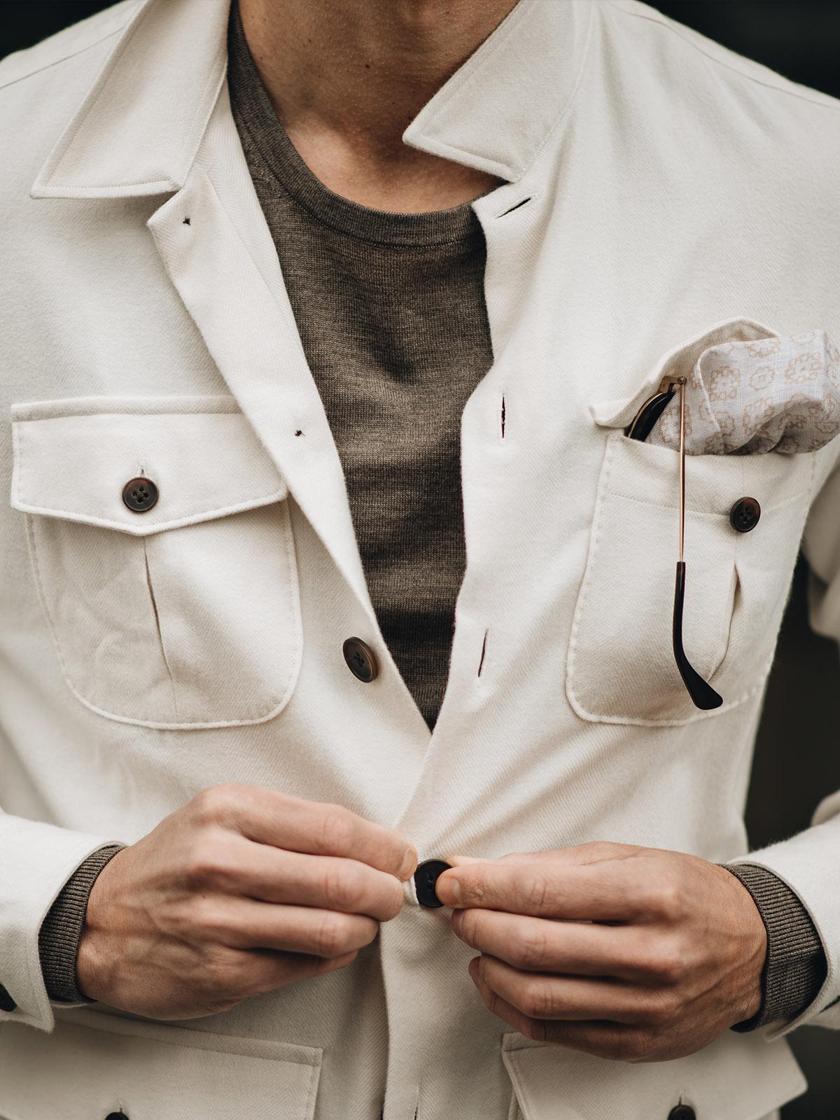 overshirt details donkere knopen
