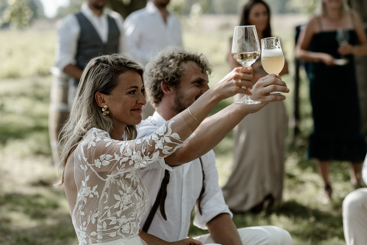 cheers op het bruidspaar
