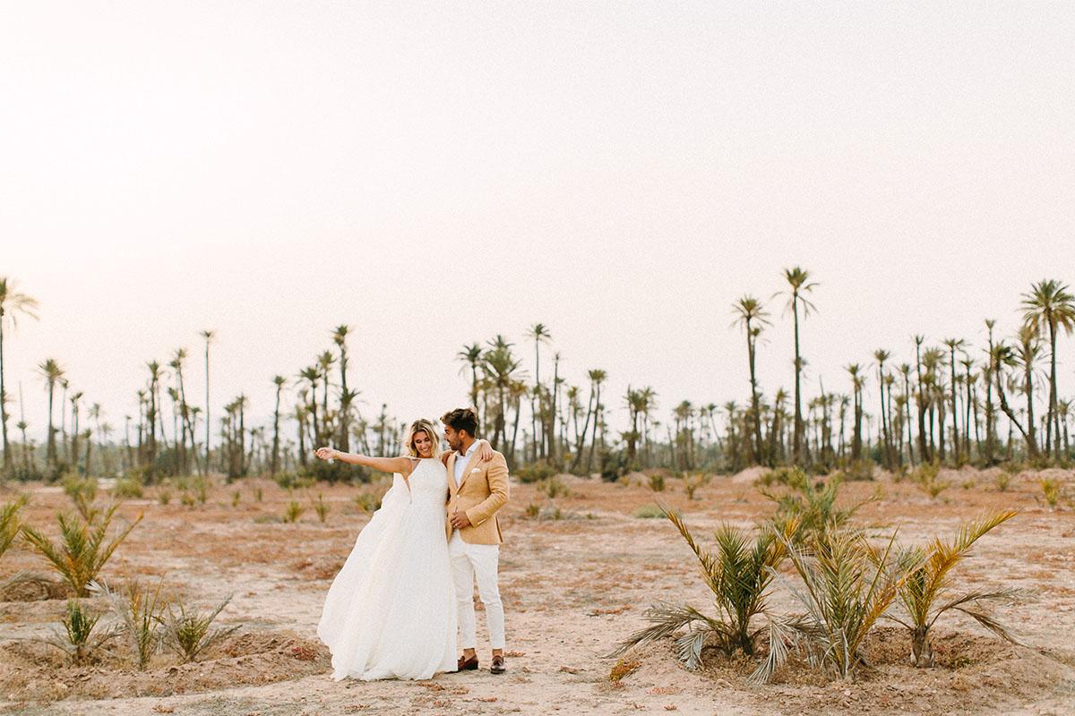 trouwpak in palmbomen woestijn
