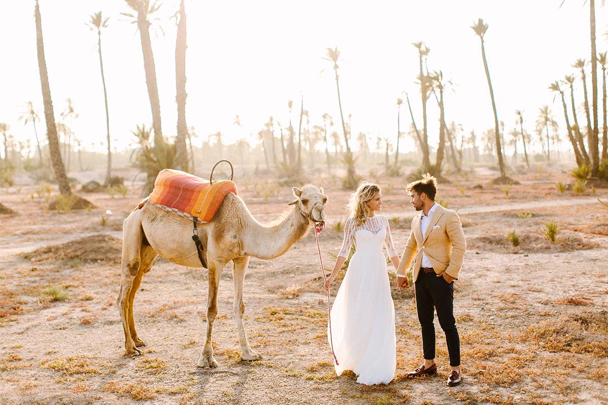 kameel in de woestijn met bruidspaar