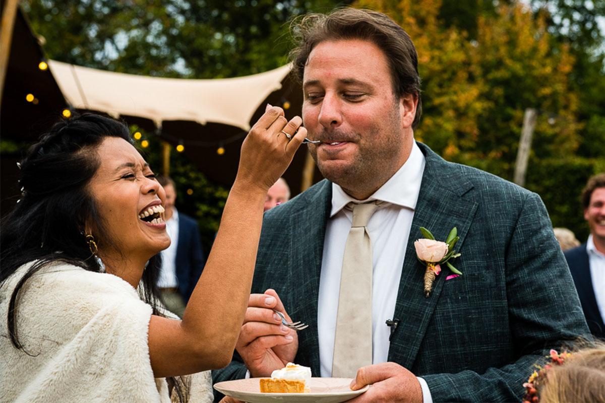 taart eten op bruiloft