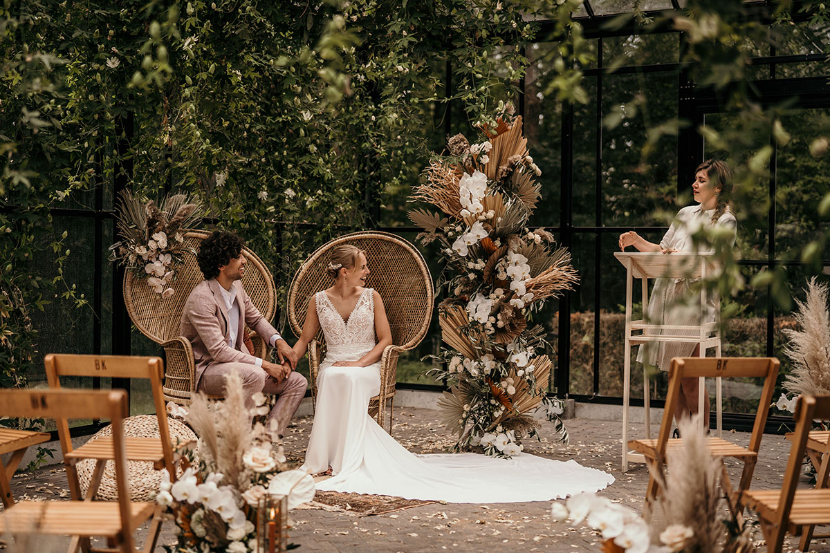 rotan-chair-wedding-roze-trouwceremonie-trouwpak