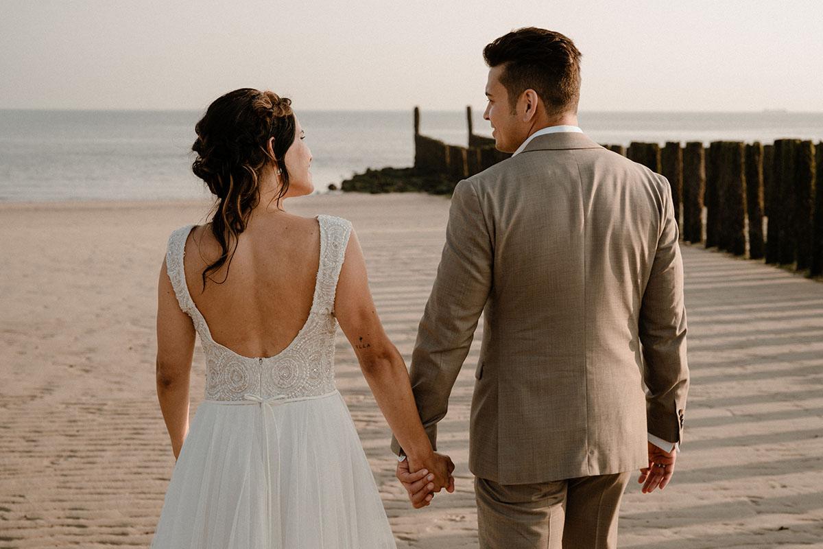 beach-wedding-trouwjurk-maatpak-beige-zandvoort