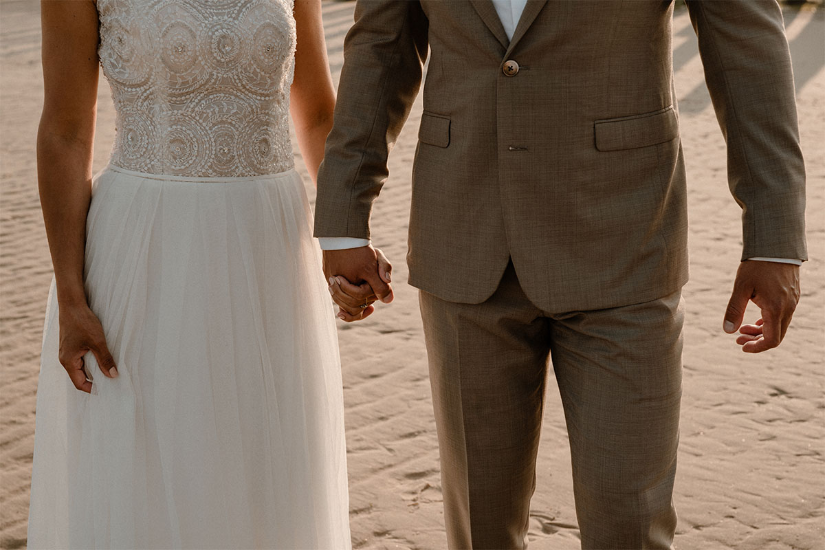 handen-huwelijk-ceremonie-suit-detail
