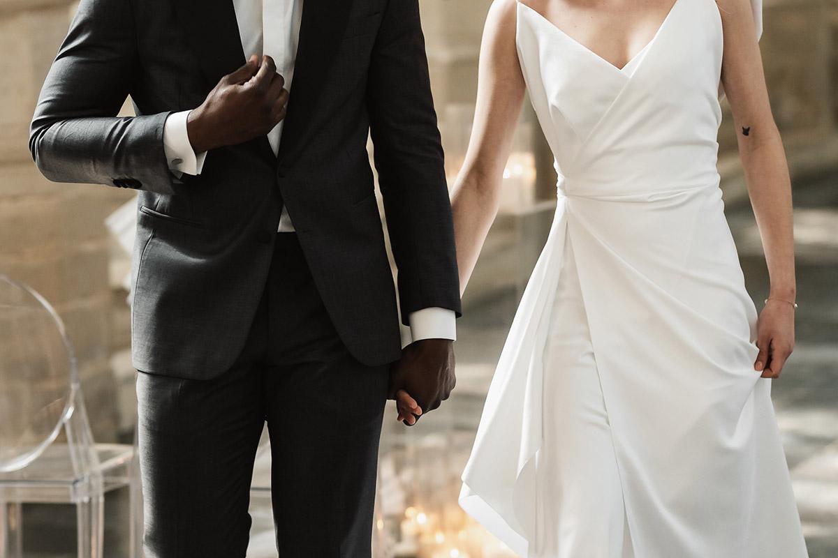smoking-trouwpak-huwelijk-trouwjurk-detail-handen-ceremonie